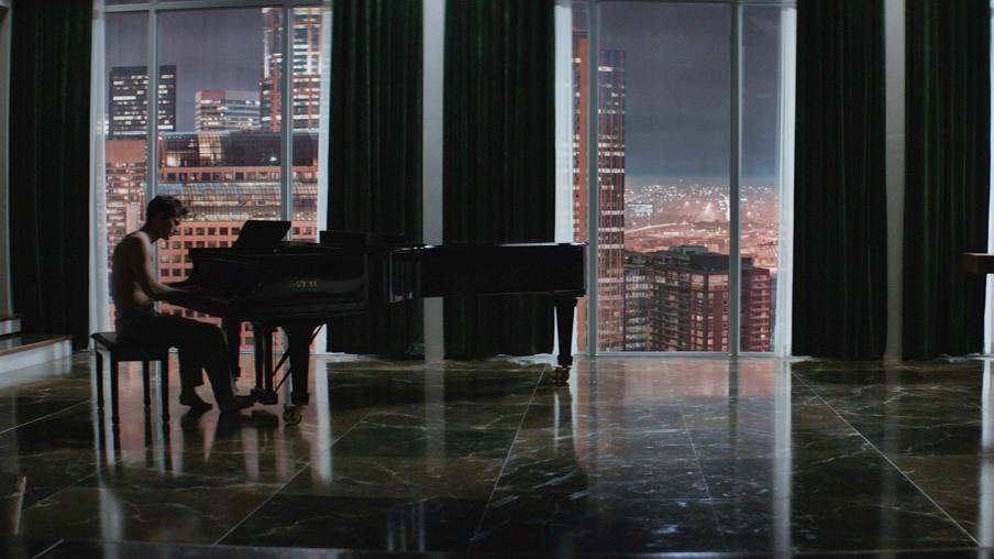 Кристиан Грей играет музыка